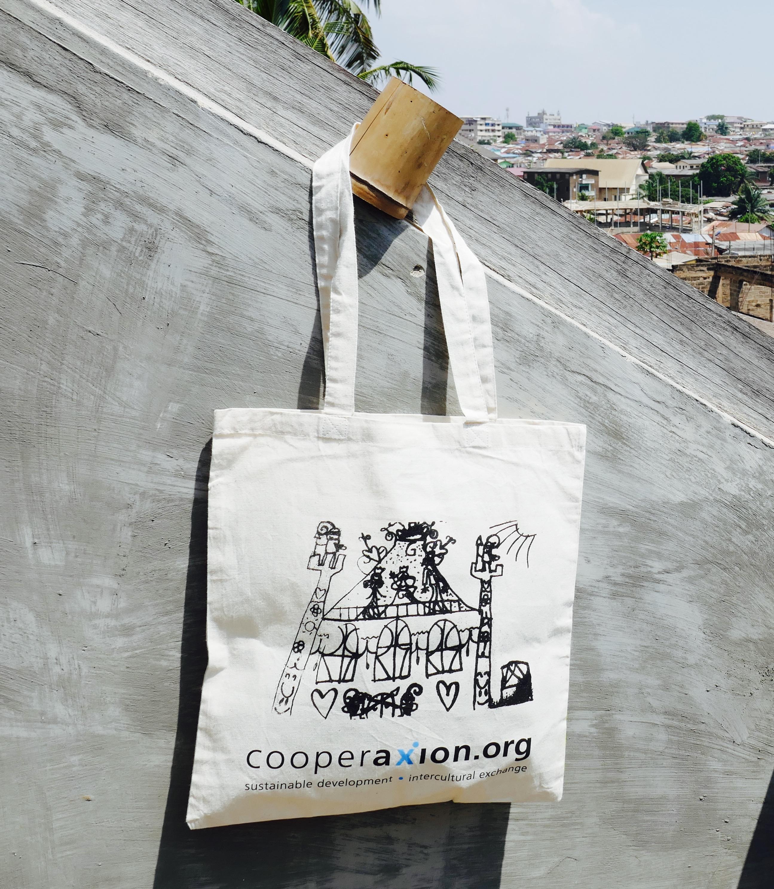 6519a1b93d0d8 Für Cooperaxion haben die Jugendlichen des «Kick for Your Future»-Projektes  im liberianischen Monrovia eigens bunte Taschen entworfen und genäht